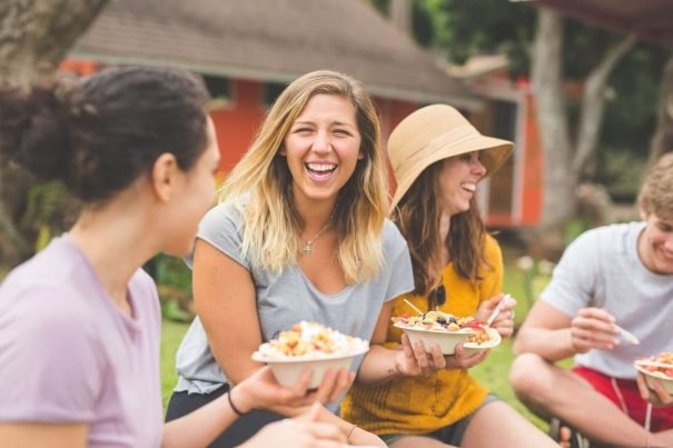 friends eating, ways to meet new people