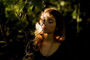woman in nature, how to clear your mind