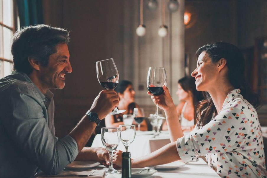 couple toasting, mindful dating