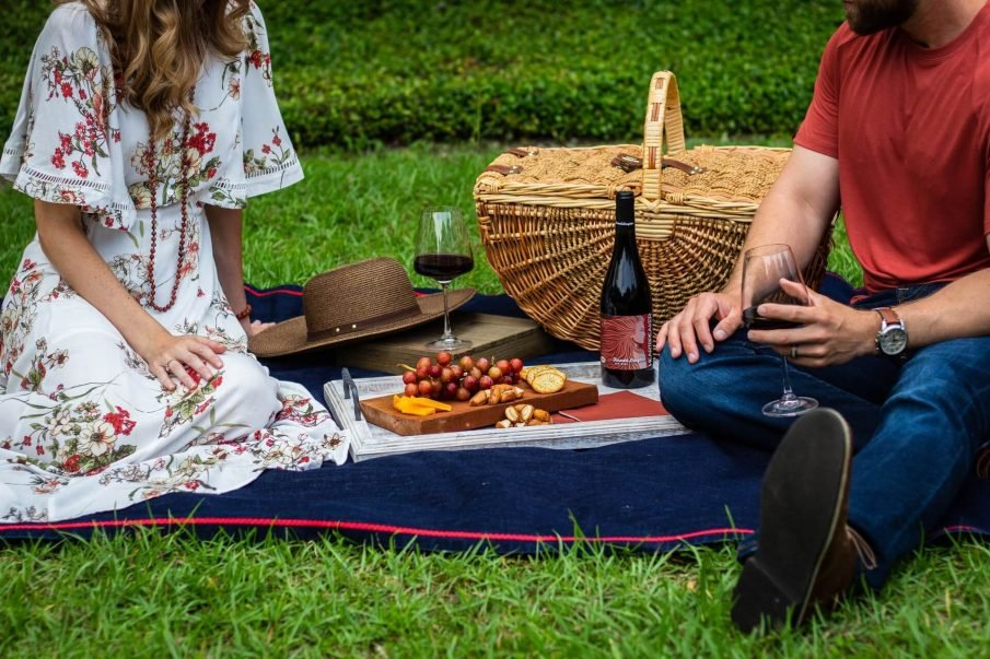 couple on picnic, romantic picnic ideas